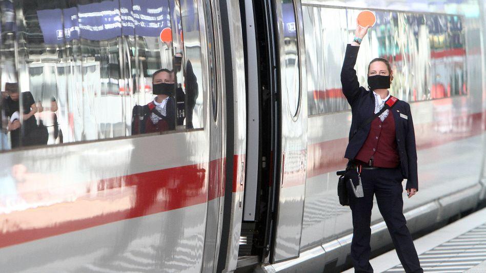 Maskentragende Zugbegleiterin: Seltener Antikörper als Beschäftigte ohne Kundenkontakt