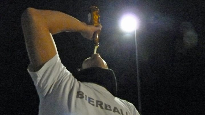 Party-Sport mit Bier: Werfen, trinken, laufen