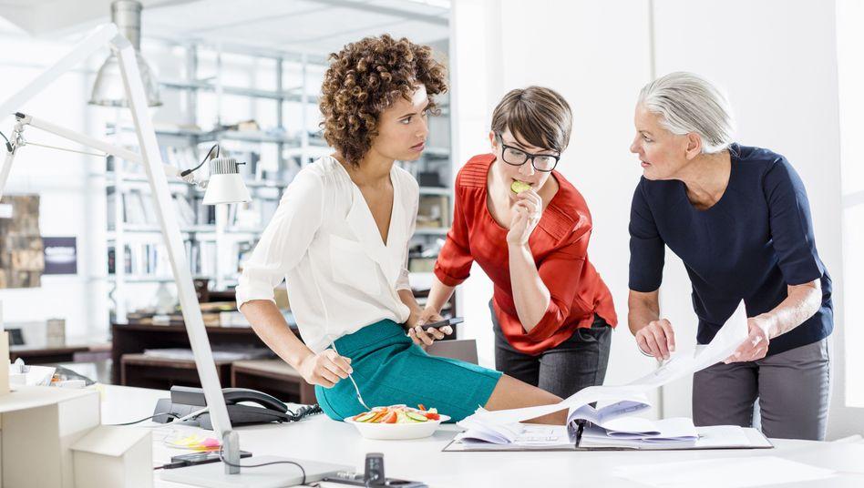 Viele Firmen wollen nicht mehr auf die Erfahrung älterer Mitarbeiter verzichten