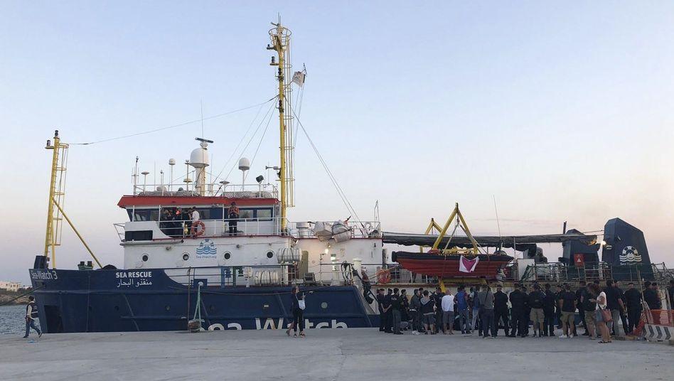 """Das Rettungsschiff """"Sea-Watch 3"""" im Hafen von Lampedusa (Archivbild)"""