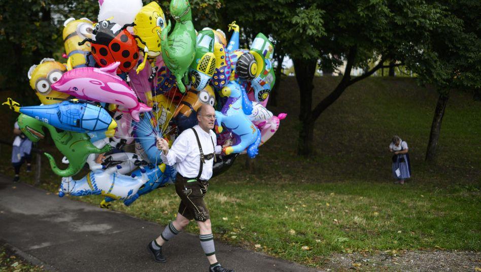 Verkäufer mit Helium-Ballons (Archivbild)