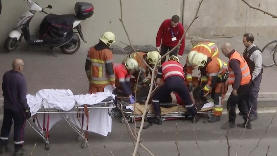 Rettungskräfte versorgen Verletzte an Brüsseler U-Bahnstation
