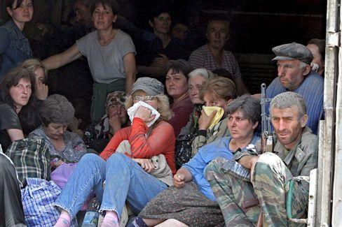 Flucht aus Südossetien: Einwohner von Zchinwali warten auf Transportmöglichkeiten