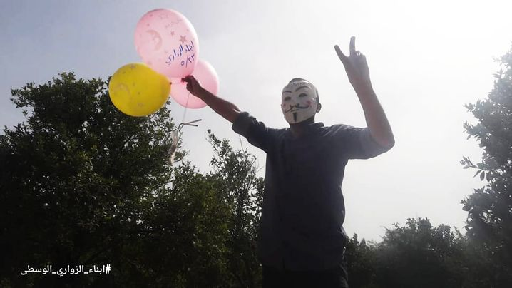 """Mitglied von """"Zawaris Söhne"""" mit Brennballons im Gazastreifen"""
