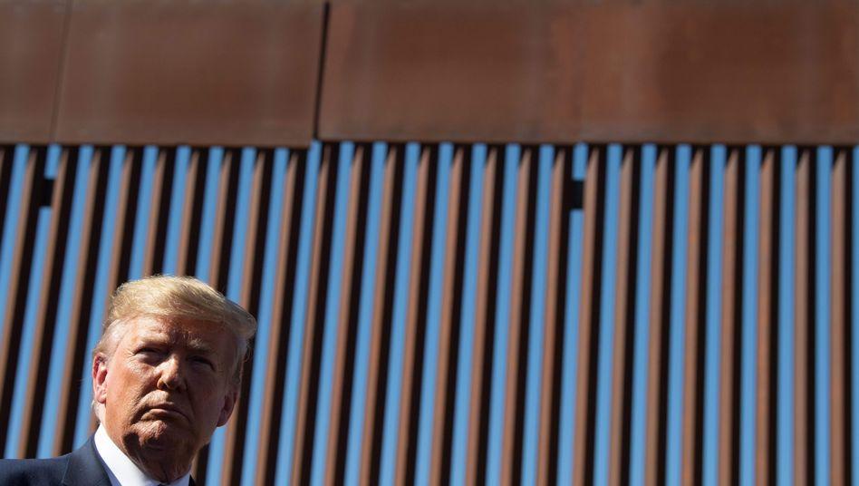US-Präsident Trump besuchte Mitte September das kalifornische Otay Mesa - hier steht er vor einem Grenzzaun zu Mexiko