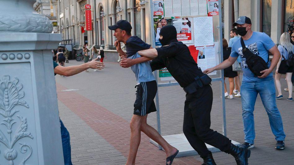 Ein Mann wird in Minsk festgenommen, weil er seine Solidarität mit hupenden Autofahrern gezeigt hat