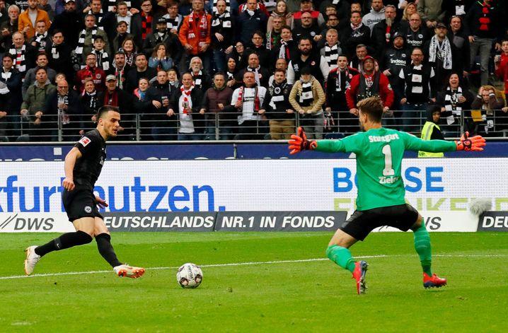 Filip Kostic überwindet Stuttgarts Ron-Robert Zieler. Auch der Frankfurter ist Ramadani-Klient
