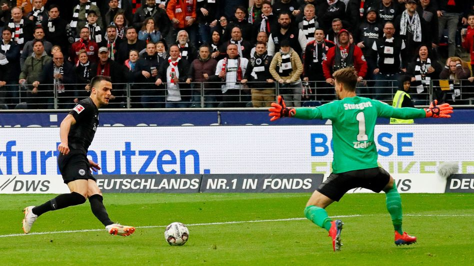Frankfurts Filip Kostic überwindet Stuttgarts Ron-Robert Zieler und trifft zum 2:0