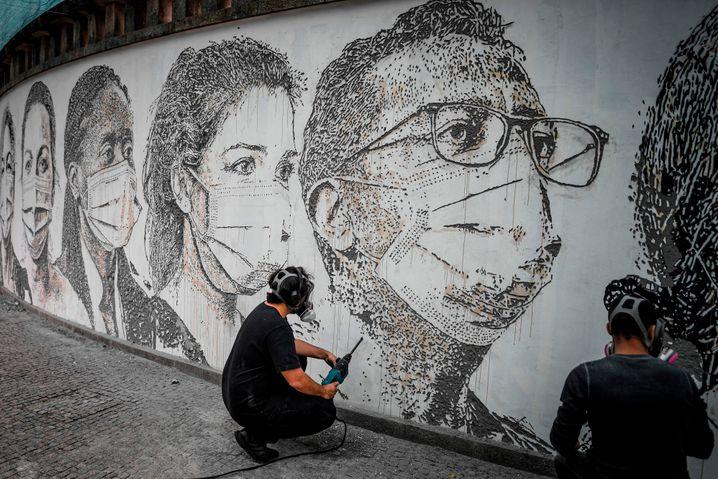 Graffiti-Künstler auf der ganzen Welt lassen sich von der Krise inspirieren - und setzen ihre Kunst gegen das Coronavirus ein. Manche nutzen die Straße zudem, um die Pandemie-Politik ihrer Regierung zu kritisieren.