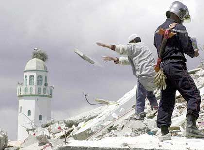 Nachbeben halten die Bevölkerung in Atem: Aufräumarbeiten in 30 Kilometer östlich von Algier