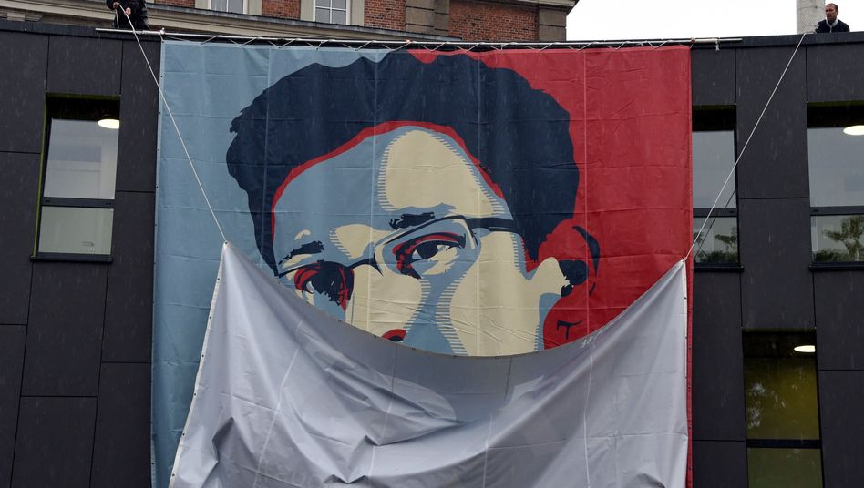 Plakat mit Bild von Edward Snowden (in Kiel): In Deutschland sehr bekannt