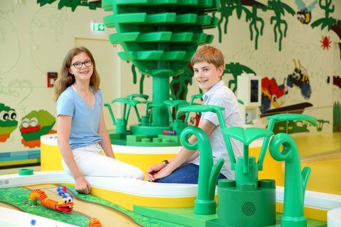 Nele und Henrik interviewten Thomas Kirk Kristiansen von Lego in Billund.