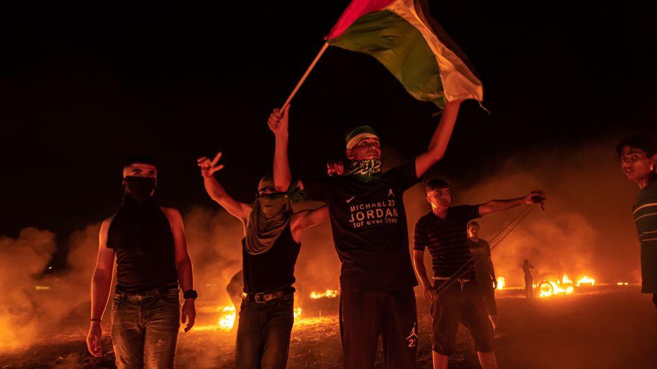 Palästinenser demonstrieren in der Nacht zu Sonntag an der Grenze zu Israel