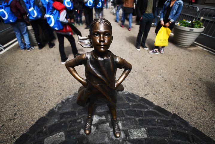 """""""Fearless Girl"""" bietet den tobenden Bullen seit März 2017 die Stirn. Die Skulptur soll auf den Mangel an weiblichen Führungskräften in US-Unternehmen hinweisen"""
