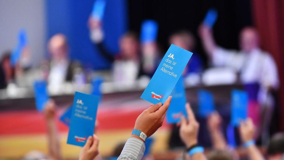 Stimmberechtigte Mitglieder der AfD Thüringen heben ihre Stimmkarten beim Landesparteitag im August 2019 (Symbolbild)