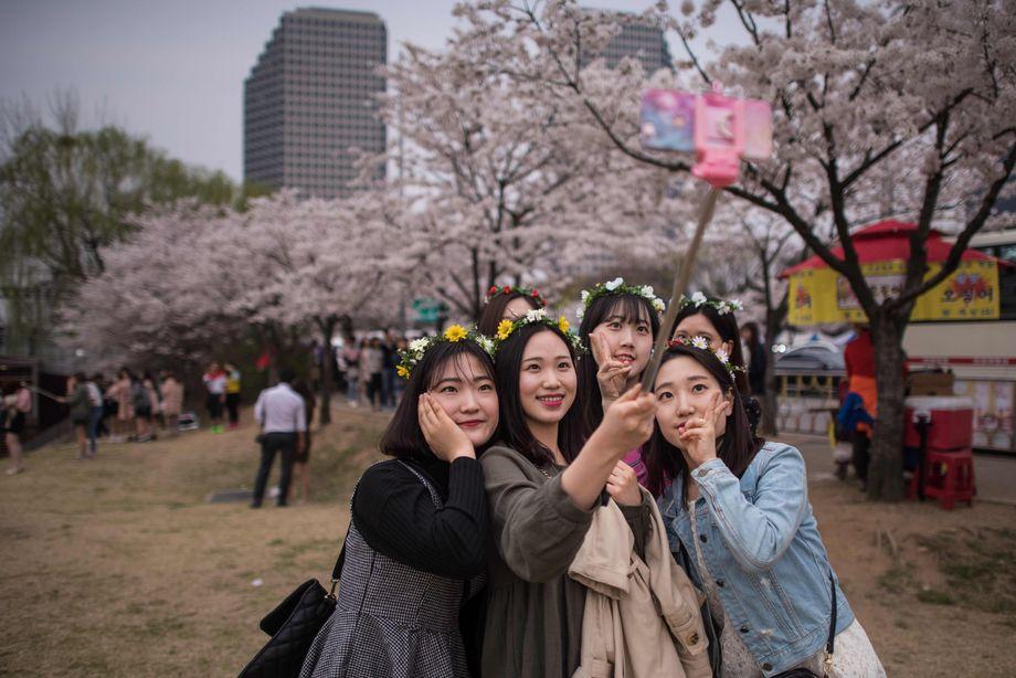 Junge Frauen in einem Park in Seoul, Südkorea