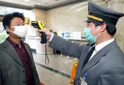 Die Gesundheitskontrollen in asiatischen Ländern werden wieder verschärft: Fiebermessung in Shanghai
