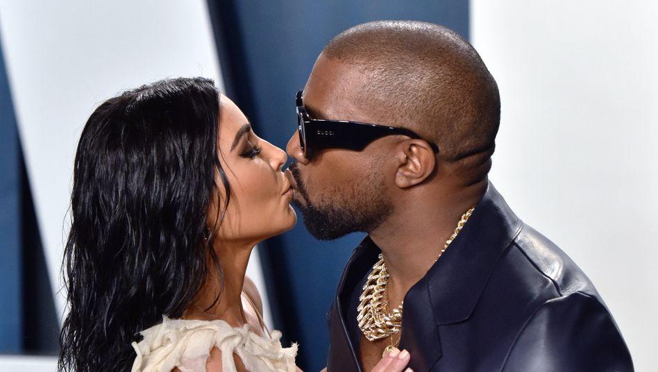Kim Kardashian küsst Ehemann Kanye West: Das Paar hat vier gemeinsame Kinder