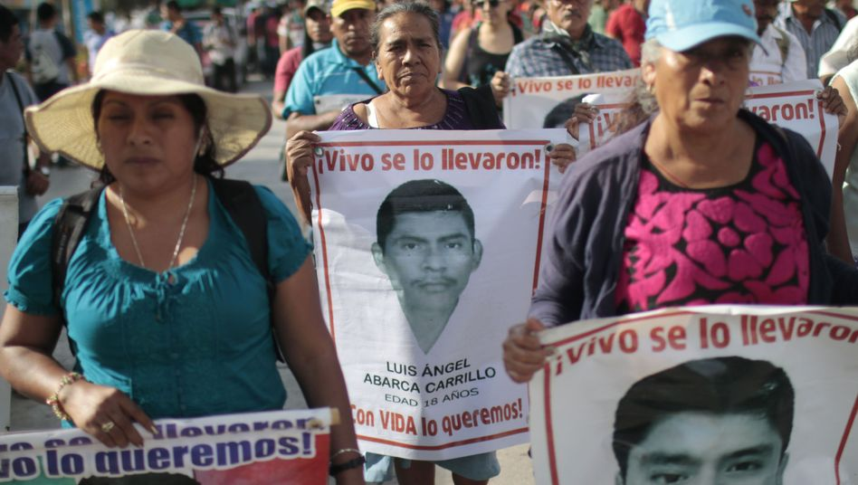 Angehörige der vermissten Studenten protestieren in Chilpancingo in Mexiko: Zwei Opfer identifiziert