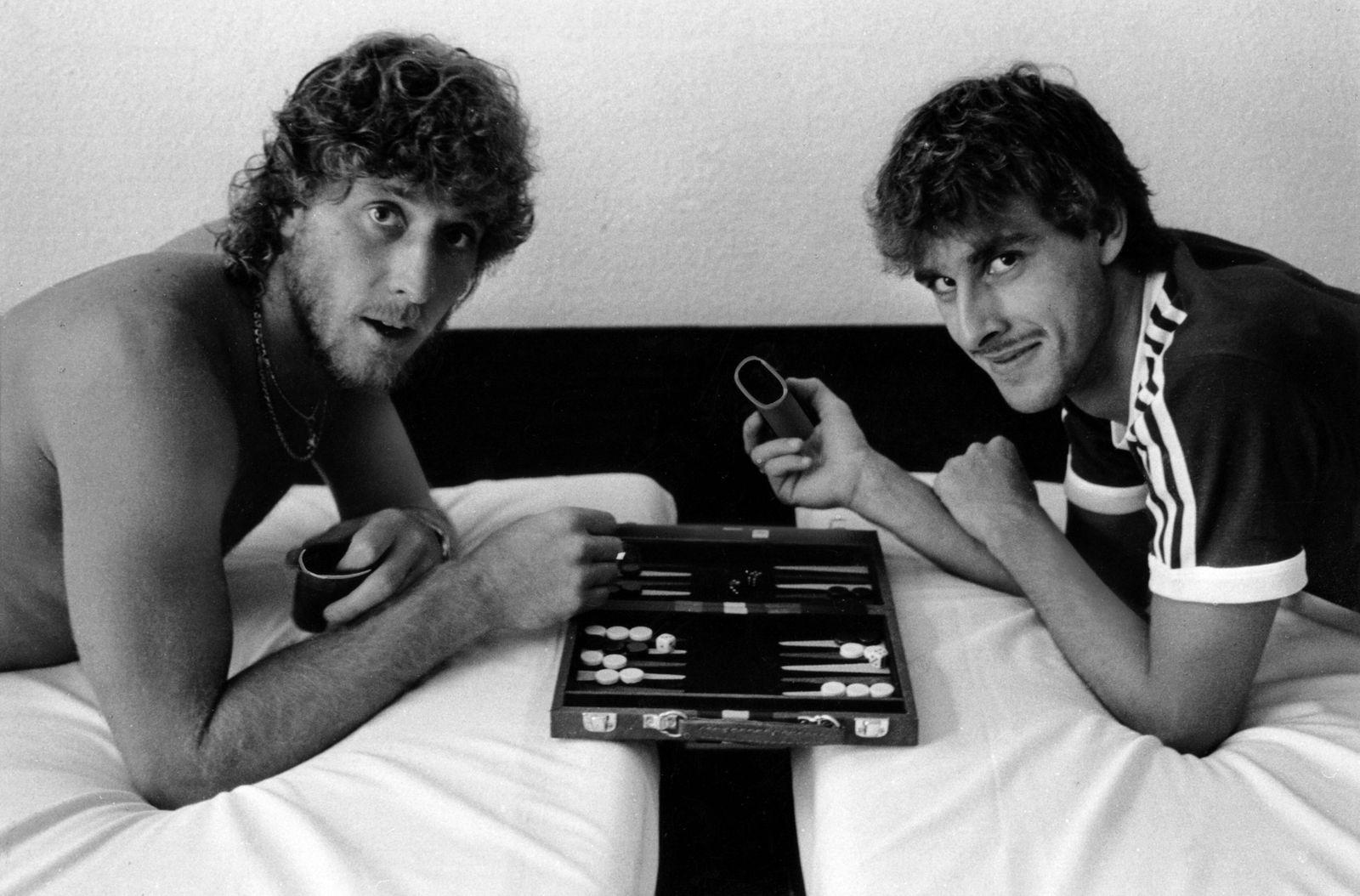 Pierre Littbarski und Toni Schumacher spielen Backgammon