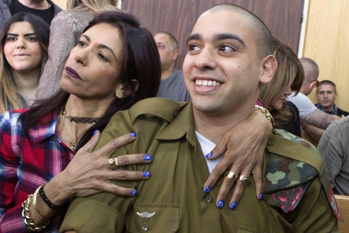Elor Azaria (wird von seiner Mutter umarmt) ist erleichtert