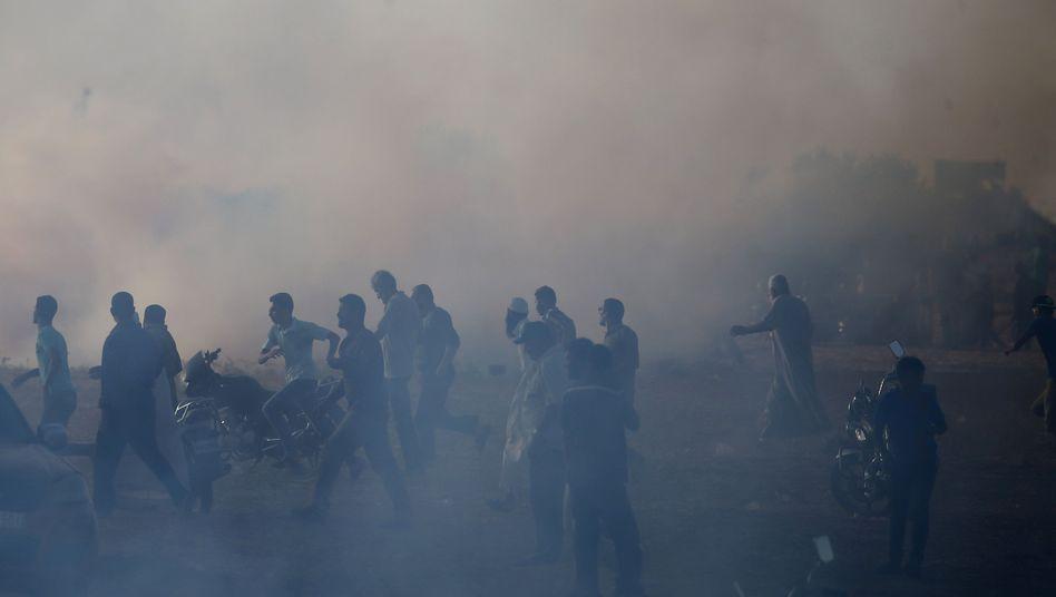 Palästinenser im Tränengasnebel an der Grenze zum Gazastreifen (Archivfoto)