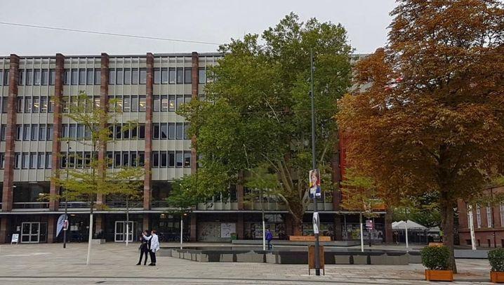 Die alte Synagoge in Freiburg 1930 und der heutige Platz 2017. (Fotos: Rolf Mathis/Israelitische Gemeinde Freiburg)