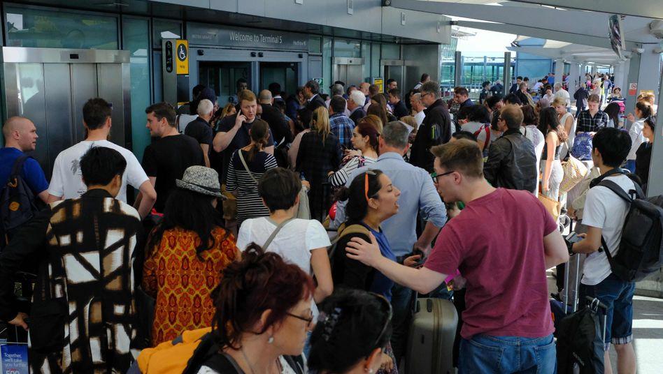 Passagiere am Heathrow Airport in London