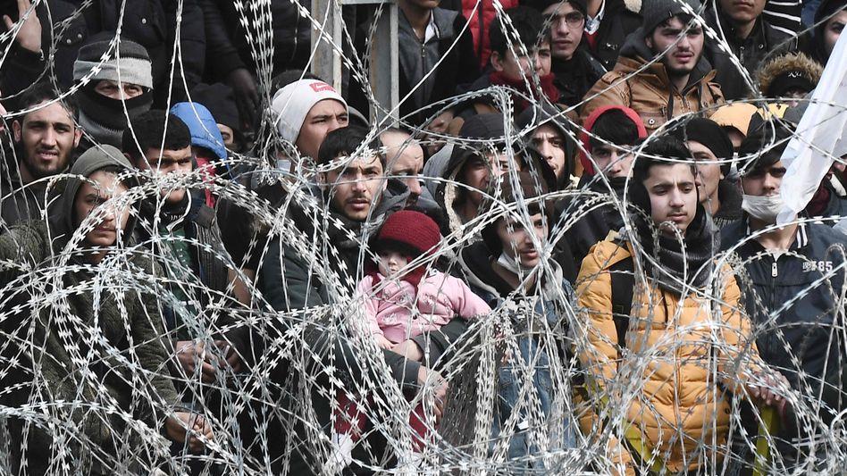 Migranten harren hinter Stacheldraht auf türkischer Seite an der Grenze zu Griechenland aus