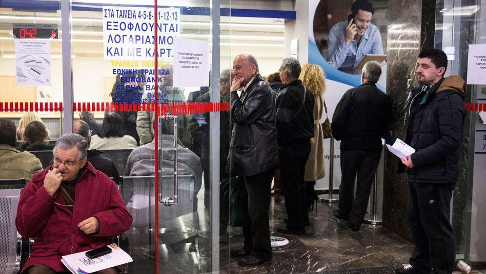 Säumige Zahler in Filiale eines Stromversorgers in Athen