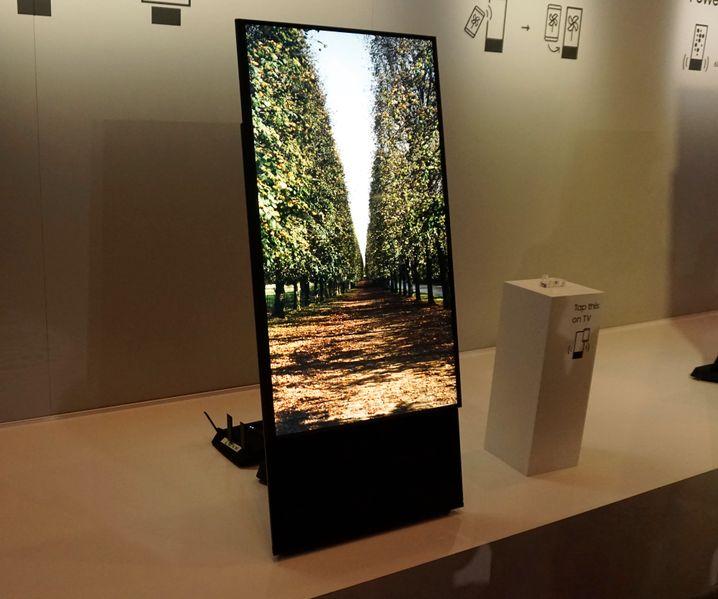 Smart-TV für Instagrammer: Der drehbare Samsung Sero lässt sich im Hoch- und Querformat betreiben.