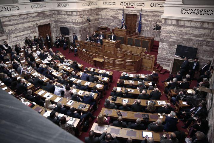 Tsipras vor Syriza-Abgeordneten in Athen: Zu Hause die Nummer eins