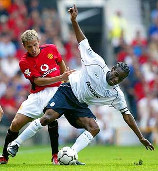 Alltag: Bolton-Profi Okocha (r.) im Duell mit Manchester Uniteds Phil Neville
