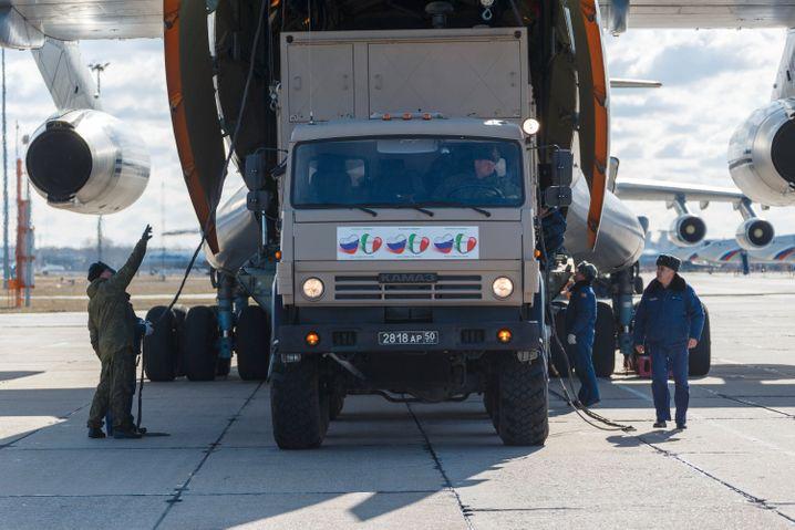 Russische Hilfslieferungen für Italien: Ausrüstung, Experten und Kitsch