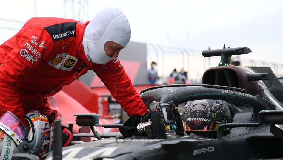 Ferrari-Pilot Sebastian Vettel gratuliert Lewis Hamilton nach dem erneuten Gewinn der Formel-1-Weltmeisterschaft