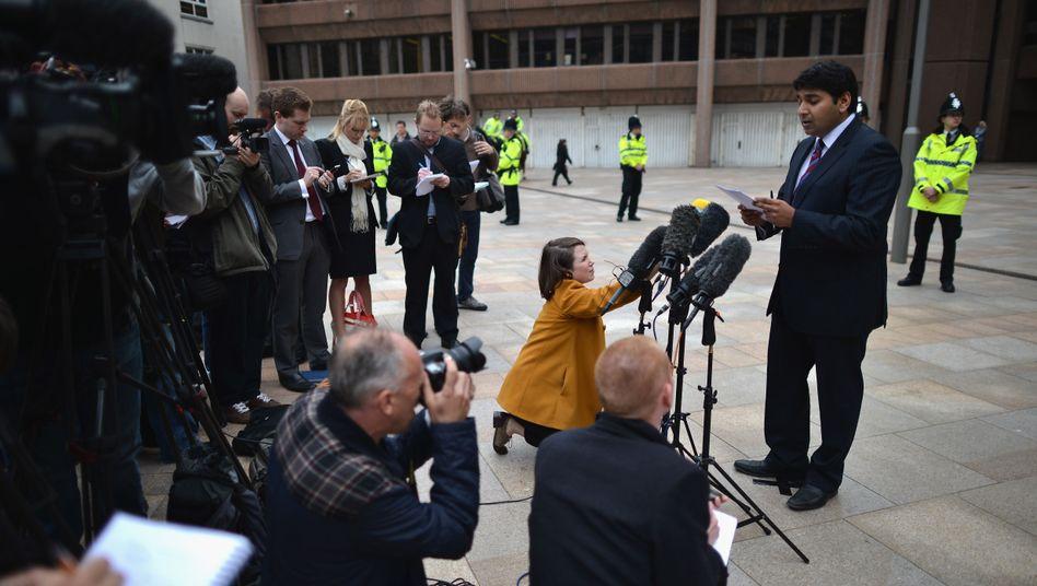 Ein Anwalt spricht vor dem Liverpool Crown Court mit Pressevertretern
