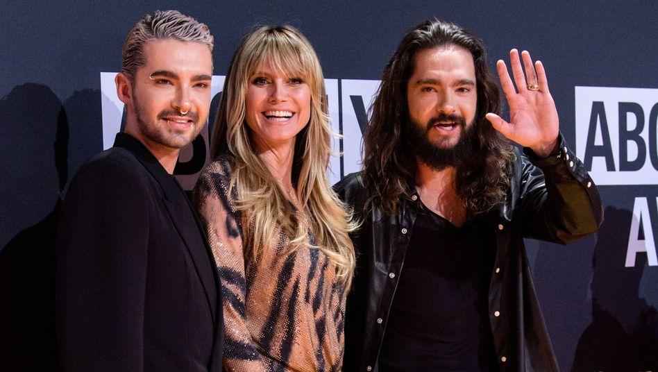 Von links nach rechts: Bill Kaulitz, authentischer Sänger der Band Tokio Hotel, Heidi Klum, authentisches Model, und ihr authentischer Verlobter, Tom Kaulitz, Sänger der Band Tokio Hotel