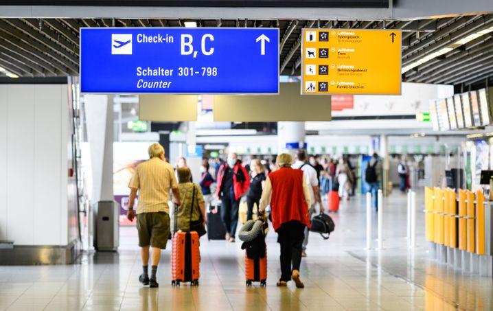 Reisende am Frankfurter Flughafen