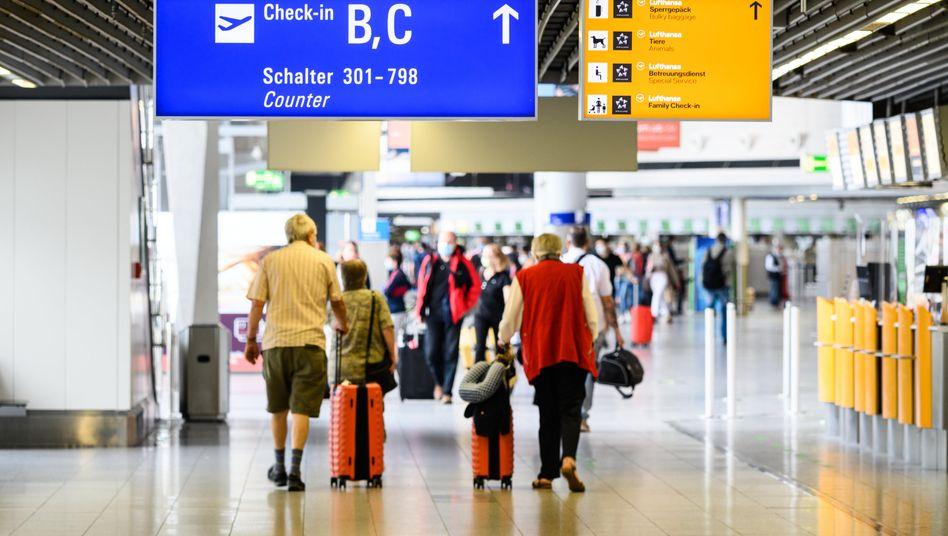 Reisende am Flughafen in Frankfurt am Main (Archivbild)