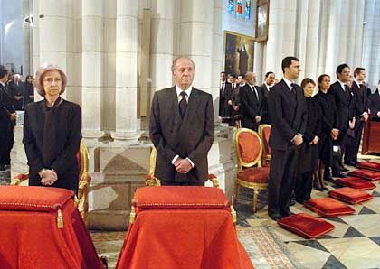 Spaniens Königin Sophia und König Juan Carlos bei einem Trauergottesdienst für die Opfer der Anschläge