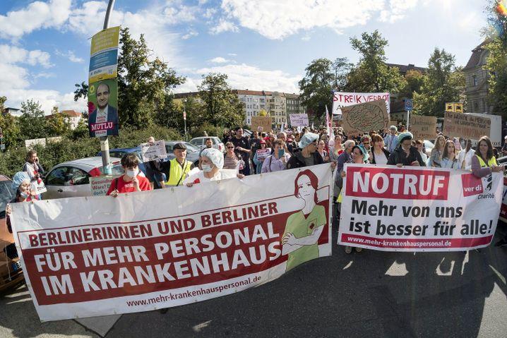 Demonstration von streikendem Pflegepersonal an der Berliner Charité