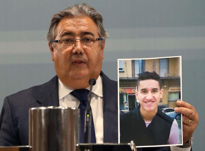 Innenminister Juan Ignacio Zoido zeigt ein Bild von Younes Abouyaaqoub