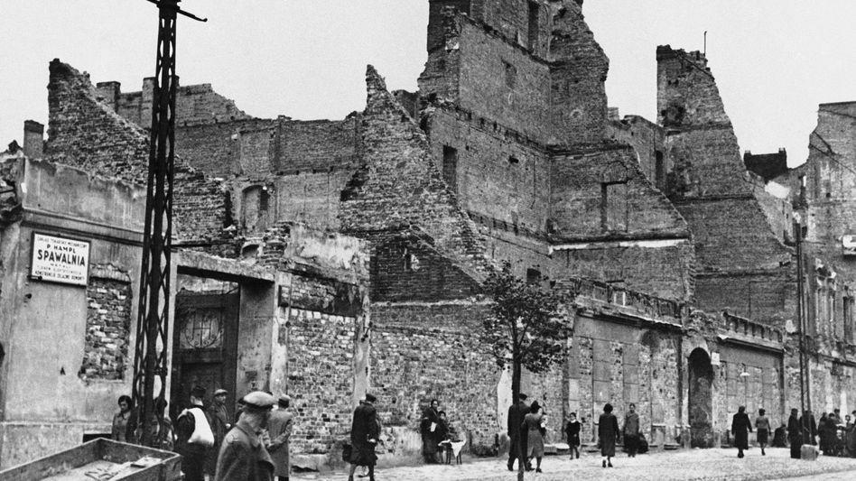 Eine Straße im polnischen Lublin im Jahr 1940 nach einem deutschen Bombenangriff