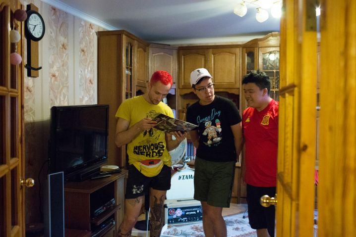 Anton mit den Gästen in seiner Wohnung, Russland und die Gastfreundschaft der Menschen gefällt ihnen sehr. Sie wollen wiederkommen, sagen sie
