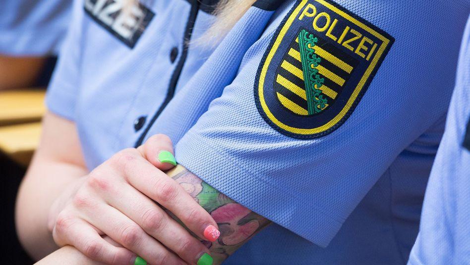 Immer wieder Streitfrage vor Gericht: Tätowierungen bei Polizeibeamten (Symbolfoto aus Sachsen, nicht aus Berlin)