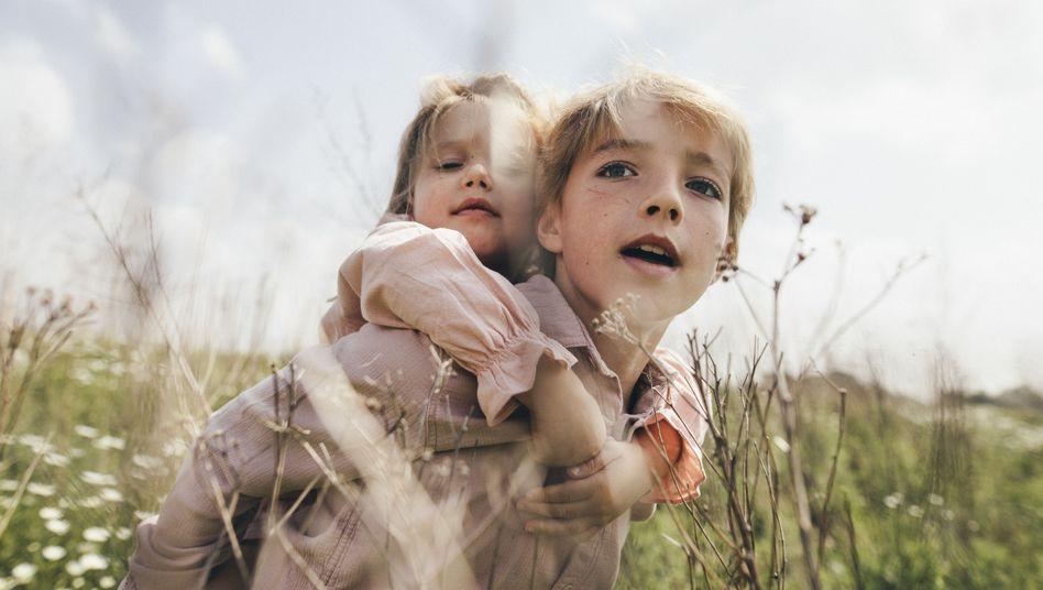 Kinder beim Huckepack-Spielen