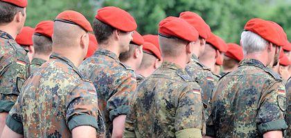 Bundeswehrsoldaten während eines Appells: Quote der Wehrdienstleistenden muss erhöht werden