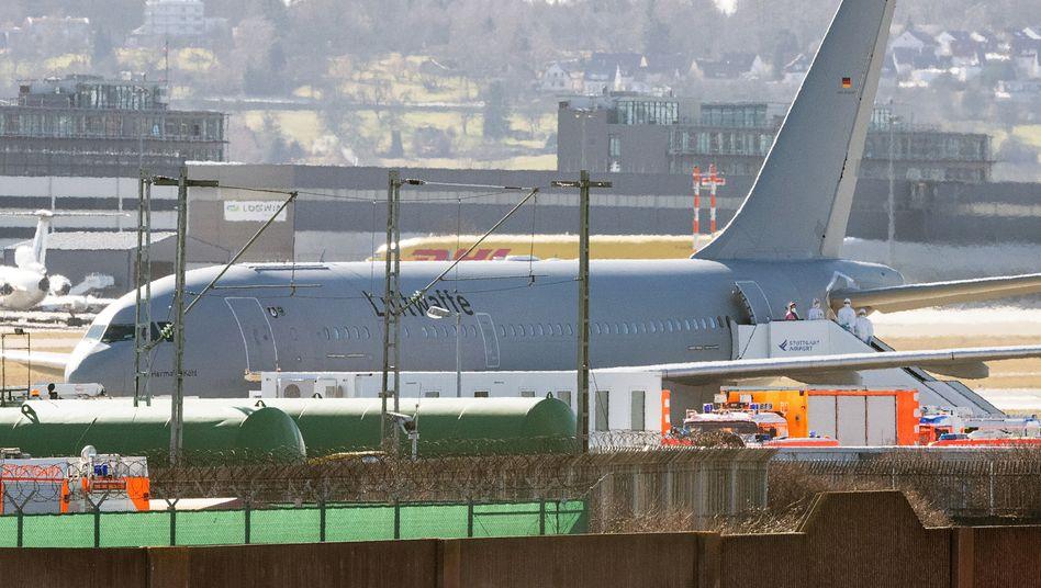 Eine Rückkehrerin aus der Millionenmetropole Wuhan in Zentralchina steigt auf dem Flughafen in Stuttgart aus einem Flugzeug