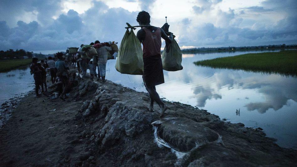 Geflüchtete Rohingya in Bangladesch im Oktober 2017: Das Land entledigt sich der Muslime und tilgt alle Spuren ihrer einstigen Existenz