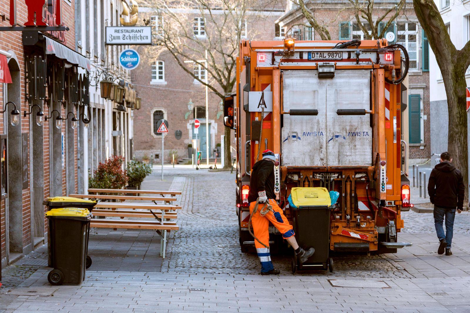 Aufgrund der Corona-Pandemie ist die Altstadt während der Geschäftszeiten fast leer, die Müllabfuhr der AWISTA arbeitet